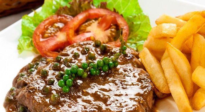 Beefsteak ăn với xà lách khoai tây chiên